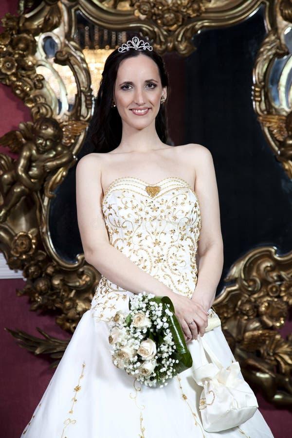 Όμορφη νύφη brunette στο ξενοδοχείο στοκ φωτογραφίες