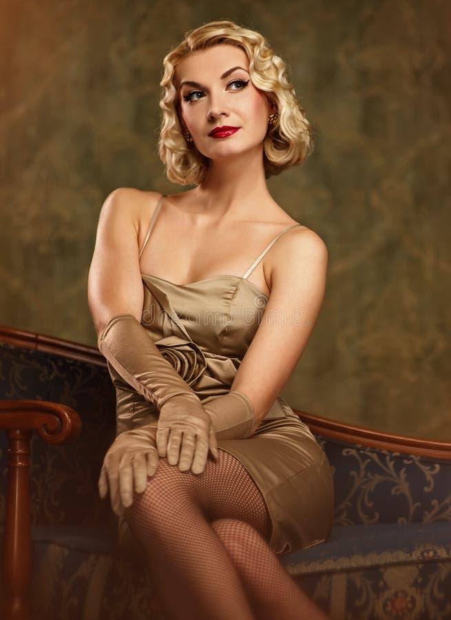 όμορφη ξανθή αναδρομική γυ& στοκ εικόνες με δικαίωμα ελεύθερης χρήσης