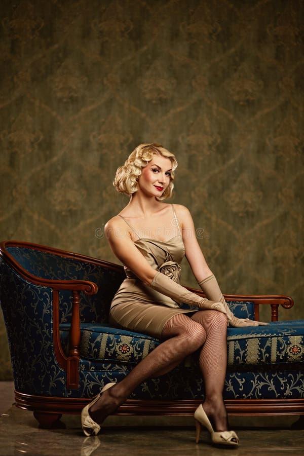 όμορφη ξανθή αναδρομική γυ& στοκ φωτογραφία με δικαίωμα ελεύθερης χρήσης