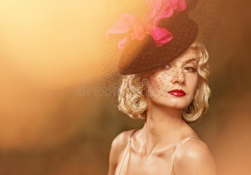 όμορφη ξανθή αναδρομική γυ& στοκ φωτογραφίες