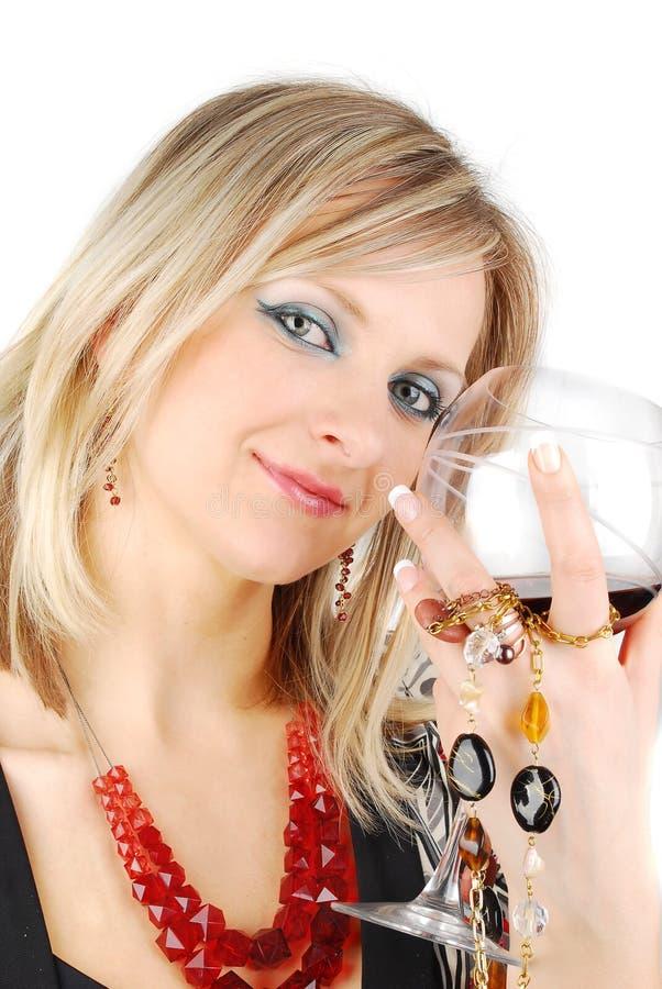 Όμορφη ξανθή γυναίκα με το κρασί και το κόσμημα στοκ φωτογραφία με δικαίωμα ελεύθερης χρήσης