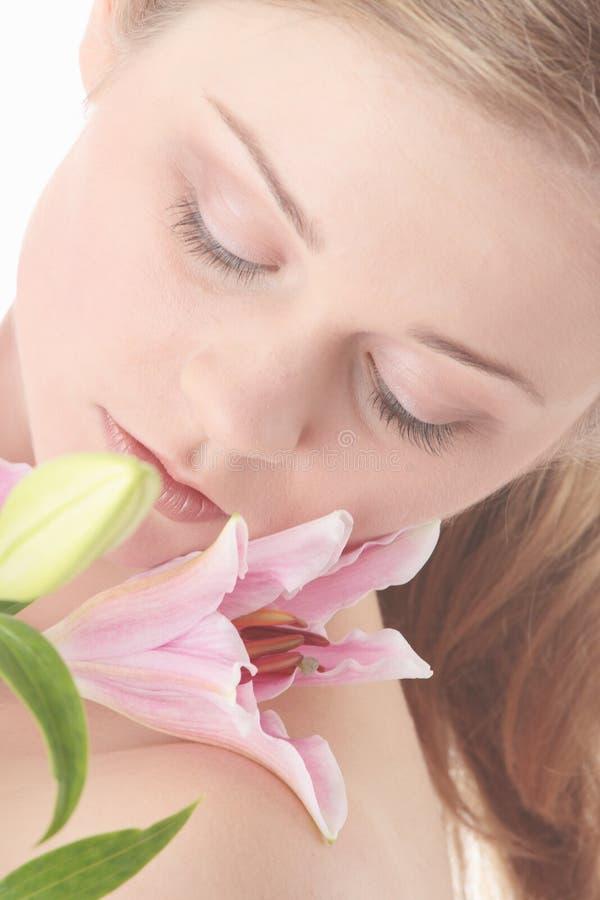 Όμορφη ξανθή γυναίκα με το λουλούδι κρίνων στοκ φωτογραφία με δικαίωμα ελεύθερης χρήσης