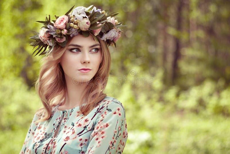 Όμορφη ξανθή γυναίκα με το στεφάνι λουλουδιών στο κεφάλι της στοκ φωτογραφία με δικαίωμα ελεύθερης χρήσης