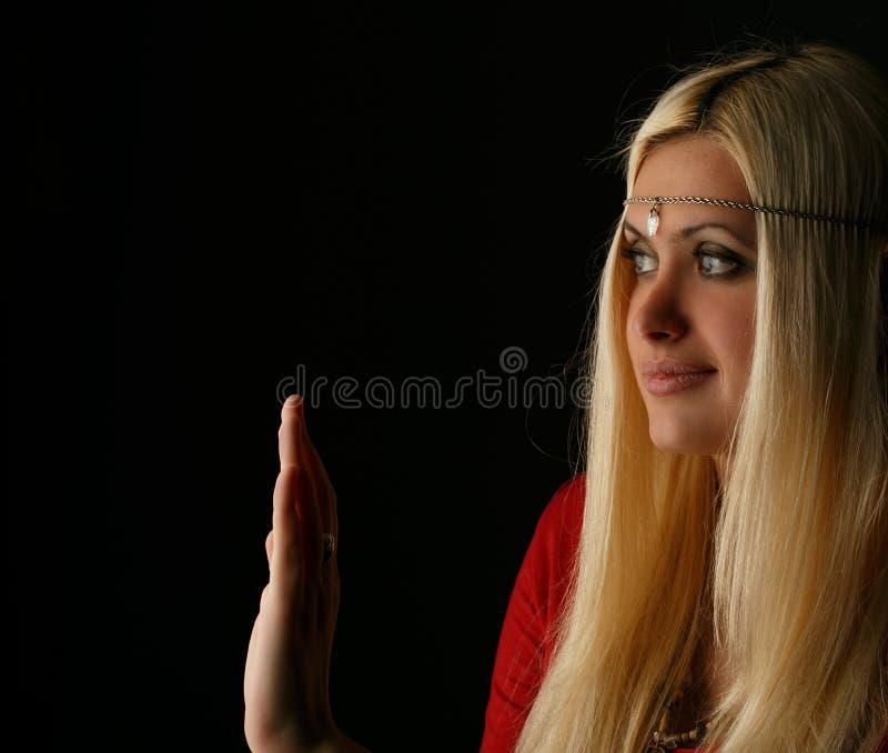 Όμορφη ξανθή γυναίκα με το χέρι που αυξάνεται στοκ εικόνα με δικαίωμα ελεύθερης χρήσης