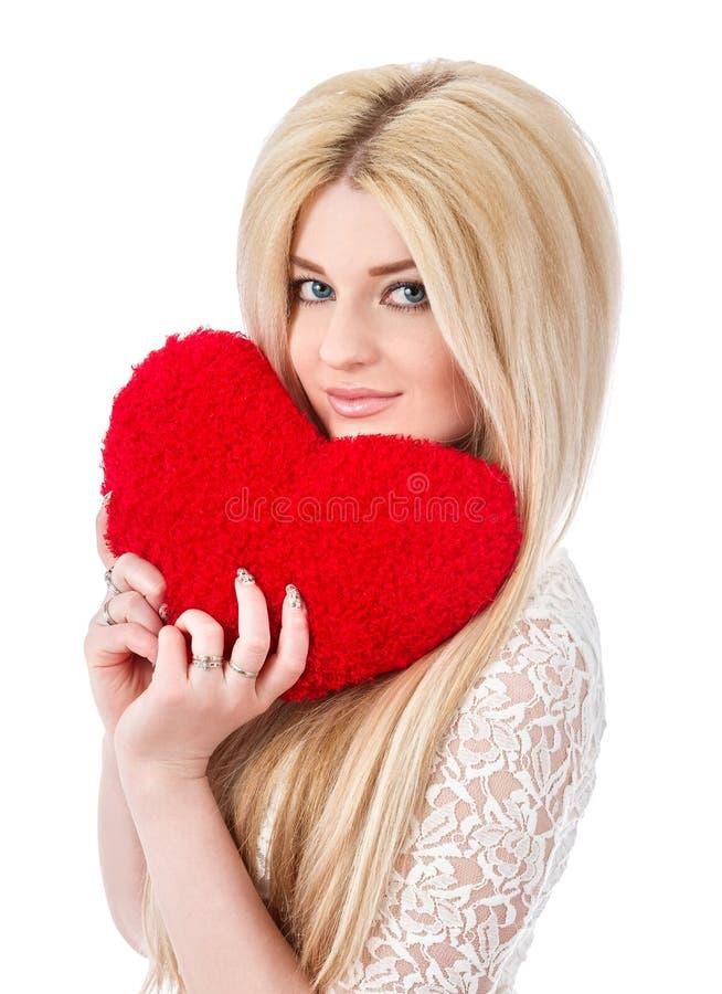 Όμορφη ξανθή γυναίκα που κρατά την κόκκινη καρδιά στοκ φωτογραφία με δικαίωμα ελεύθερης χρήσης