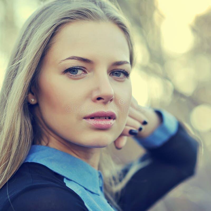 όμορφη ξανθή γυναίκα προσώπ&om Κλείστε επάνω το πορτρέτο μιας μόδας fema στοκ φωτογραφίες