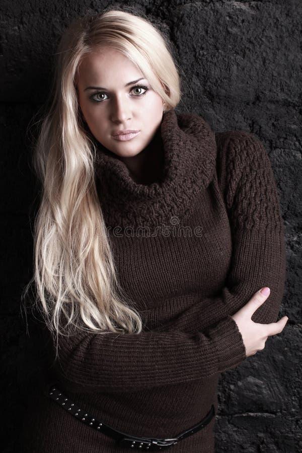 Όμορφη ξανθή γυναίκα στο καφετί πουλόβερ στοκ φωτογραφία με δικαίωμα ελεύθερης χρήσης
