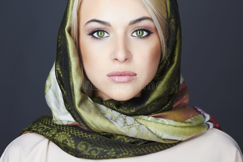Όμορφη ξανθή γυναίκα στο μαντίλι όμορφο κορίτσι μόδας ανασκόπησης που απομονώνεται άσπρος χειμώνας η ομορφιά καλύτερη μετατρέπει  στοκ εικόνα