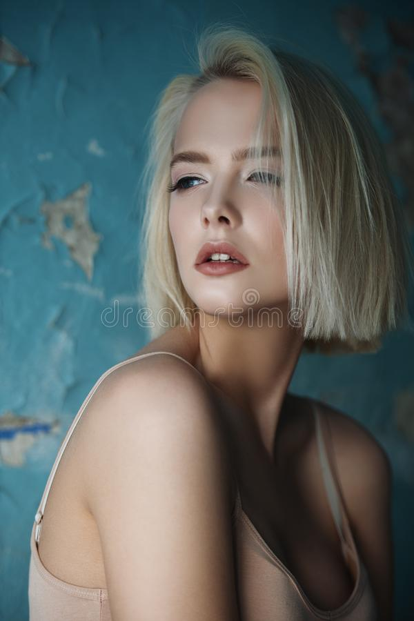 όμορφη ξανθή γυναίκα στοκ εικόνα με δικαίωμα ελεύθερης χρήσης