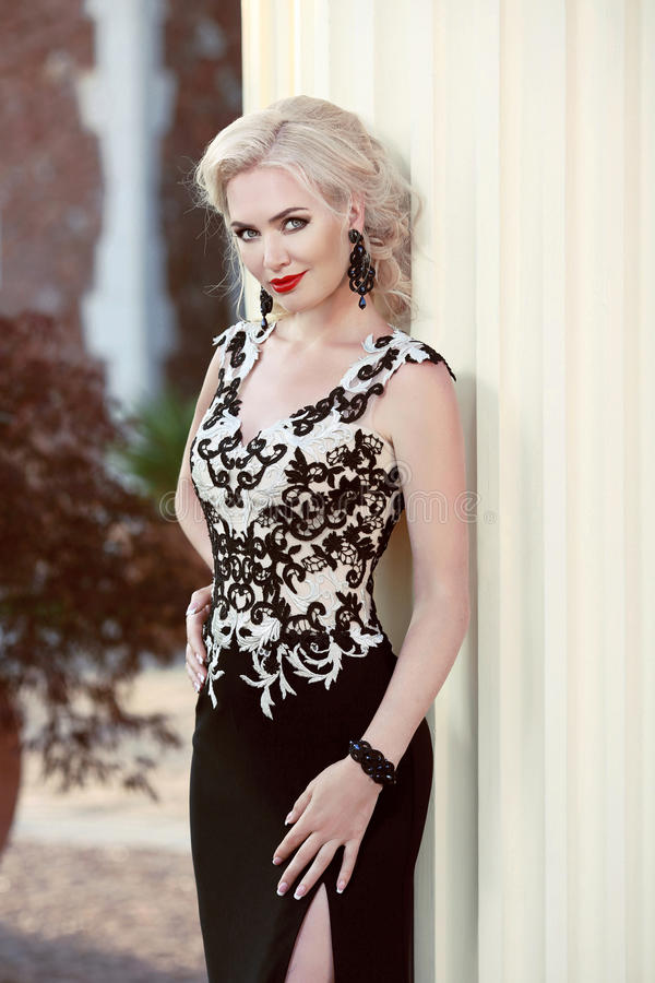Όμορφη ξανθή κυρία στο κομψό φόρεμα hairstyle Κόκκινα χείλια makeup στοκ εικόνες