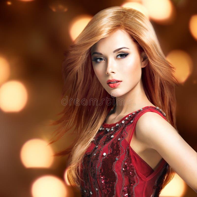 Όμορφη ξανθή προκλητική γυναίκα με το μακροχρόνιο hairstyle στοκ φωτογραφία με δικαίωμα ελεύθερης χρήσης