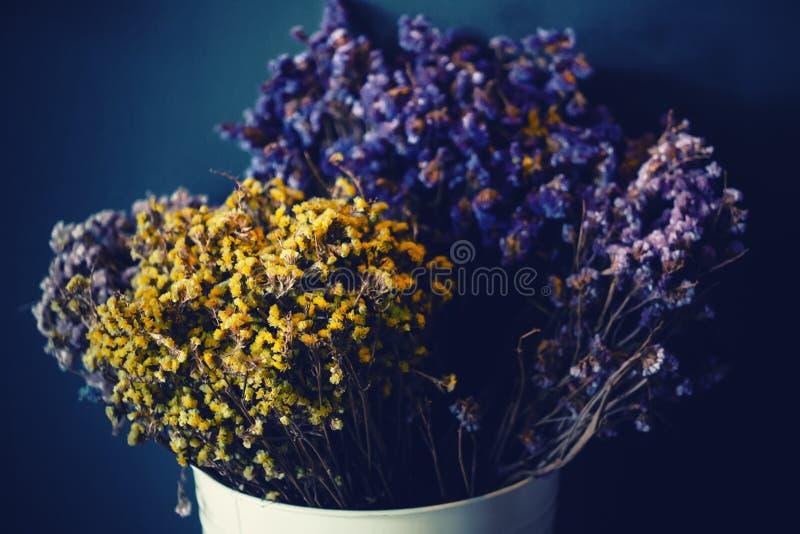 Όμορφη ξηρά διακόσμηση λουλουδιών στο αυθεντικό εσωτερικό υπόβαθρο Χειμερινή άνετη διάθεση στοκ εικόνα