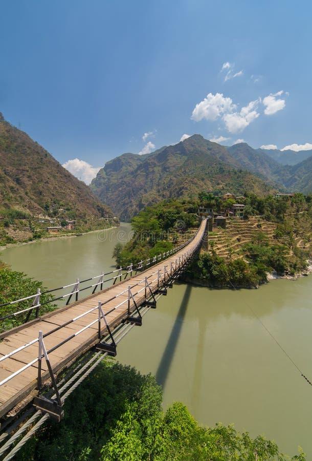 Όμορφη ξύλινη γέφυρα πέρα από το Beas ποταμό στο χωριό Aut στην κοιλάδα Kullu στοκ φωτογραφία με δικαίωμα ελεύθερης χρήσης