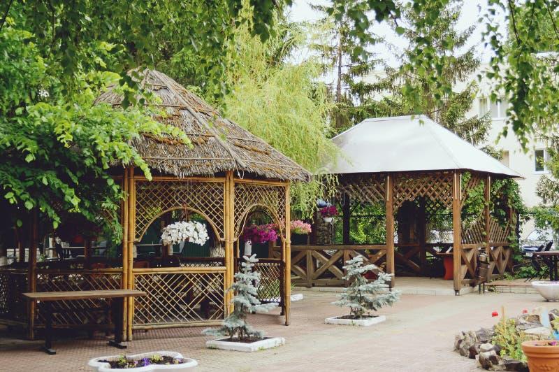 Όμορφη ξύλινη πέργκολα στον κήπο υψηλή διάλυση πλοκών σχεδίων τοπίων απεικόνισης σχεδίου στοκ εικόνες με δικαίωμα ελεύθερης χρήσης