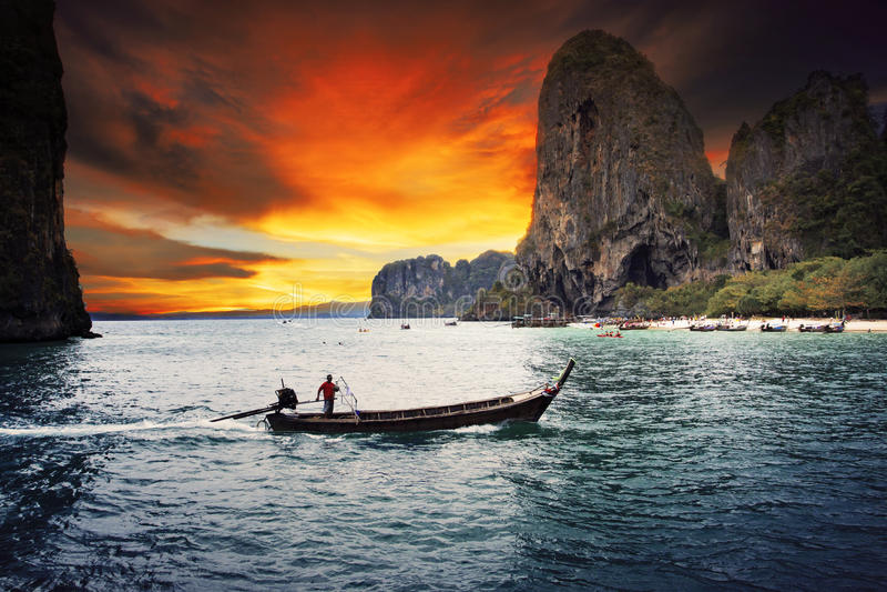 Όμορφη ξύλινη βάρκα θάλασσας scape του krabi κόλπων Railay νότιου του θορίου στοκ φωτογραφία