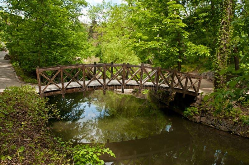 Όμορφη ξύλινη γέφυρα για πεζούς στο πάρκο Sofiyivsky σε Uman, Ουκρανία στοκ εικόνα