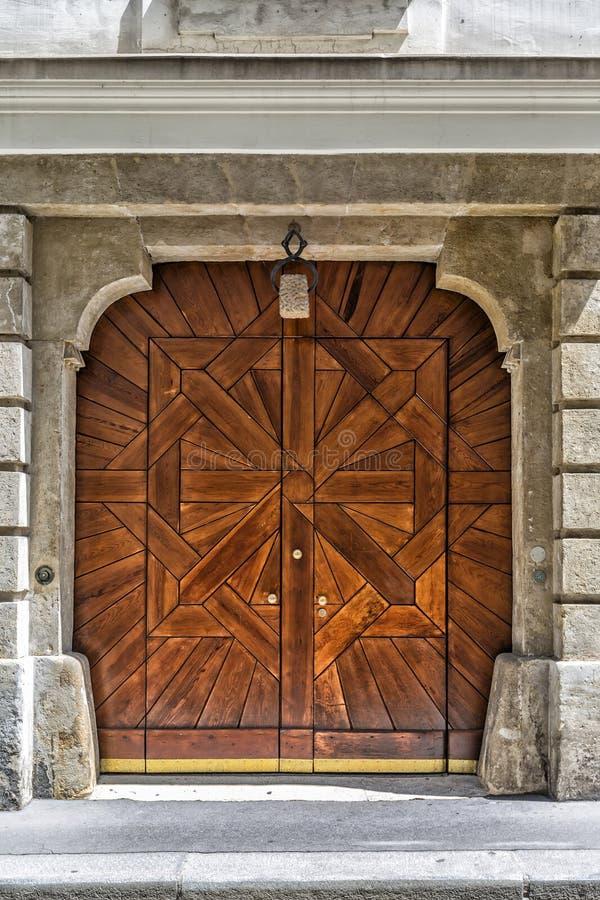 Όμορφη ξύλινη πόρτα στη Βιέννη australites στοκ εικόνα