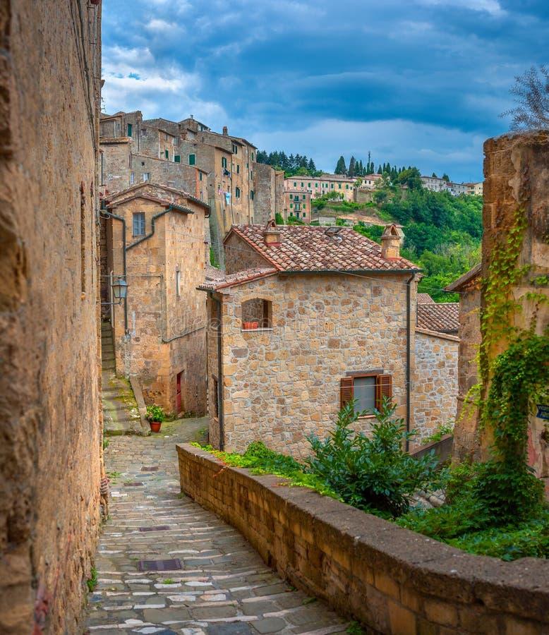 Όμορφη οδός βραδιού στην παλαιά μεσαιωνική πόλη στην Τοσκάνη στοκ φωτογραφίες