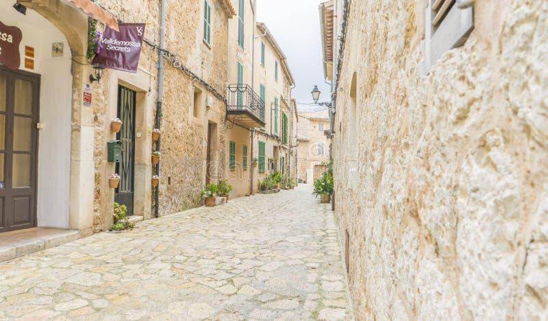 Όμορφη οδός σε Valldemossa με το παραδοσιακό decorati λουλουδιών στοκ εικόνα