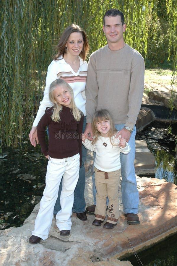 Download όμορφη οικογένεια στοκ εικόνα. εικόνα από συλλέξτε, μπαμπάς - 1539051