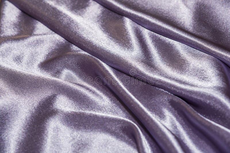 Όμορφη ομαλή κομψή κυματιστή ιώδης πορφυρή σύσταση υφάσματος υφασμάτων πολυτέλειας μεταξιού σατέν, αφηρημένο σχέδιο υποβάθρου Κάρ στοκ φωτογραφίες