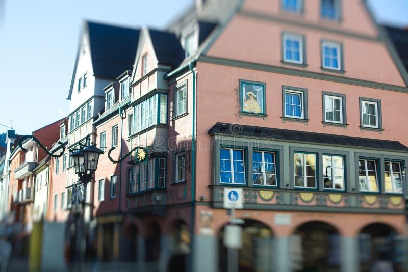 Όμορφη δονούμενη πολύχρωμη στο κέντρο της πόλης εικόνα της οδού σε Fus στοκ φωτογραφίες