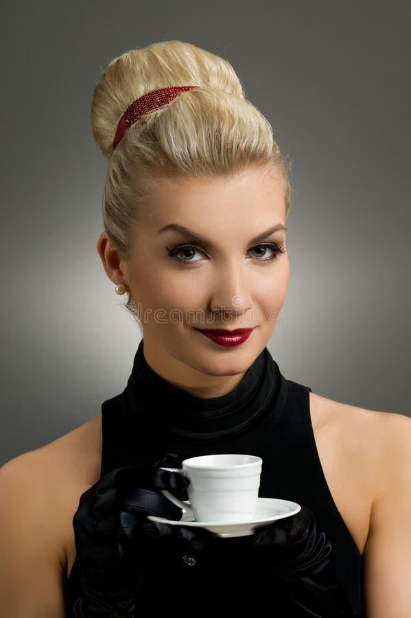 όμορφη πίνοντας κυρία καφέ στοκ φωτογραφία