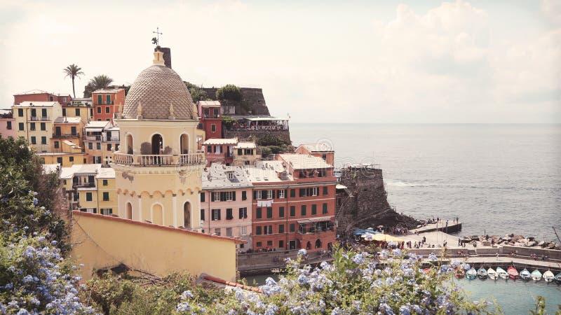 Όμορφη παλαιά ιταλική πόλη Vernazza Chinque Terre με τα ζωηρόχρωμα σπίτια και τα λουλούδια τη θερινή ημέρα στοκ φωτογραφία με δικαίωμα ελεύθερης χρήσης