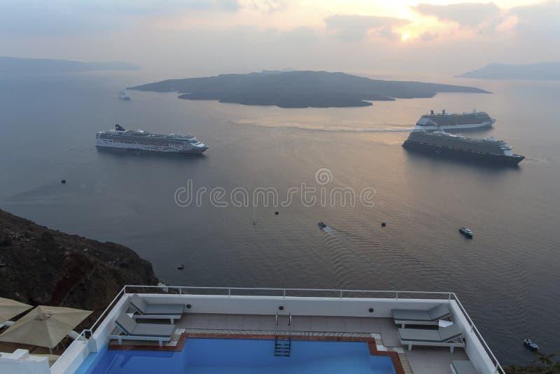 Όμορφη πανοραμική άποψη από την τουριστική πόλη Fira caldera και το ηφαίστειο και το κρουαζιερόπλοιο στο ηλιοβασίλεμα Νησί Santor στοκ εικόνα με δικαίωμα ελεύθερης χρήσης