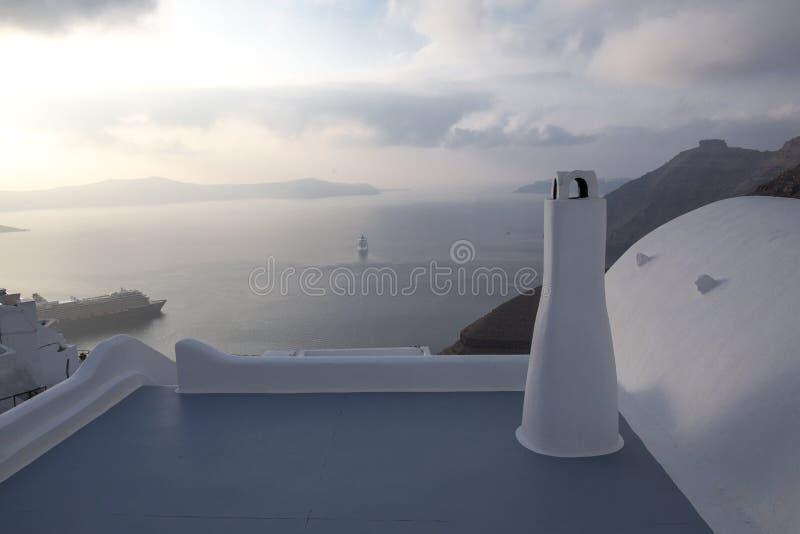 Όμορφη πανοραμική άποψη από την τουριστική πόλη Fira caldera και το ηφαίστειο και το κρουαζιερόπλοιο στο ηλιοβασίλεμα Νησί Santor στοκ εικόνα