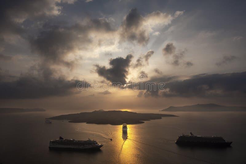 Όμορφη πανοραμική άποψη από την τουριστική πόλη Fira caldera και το ηφαίστειο και το κρουαζιερόπλοιο στο ηλιοβασίλεμα Νησί Santor στοκ εικόνες