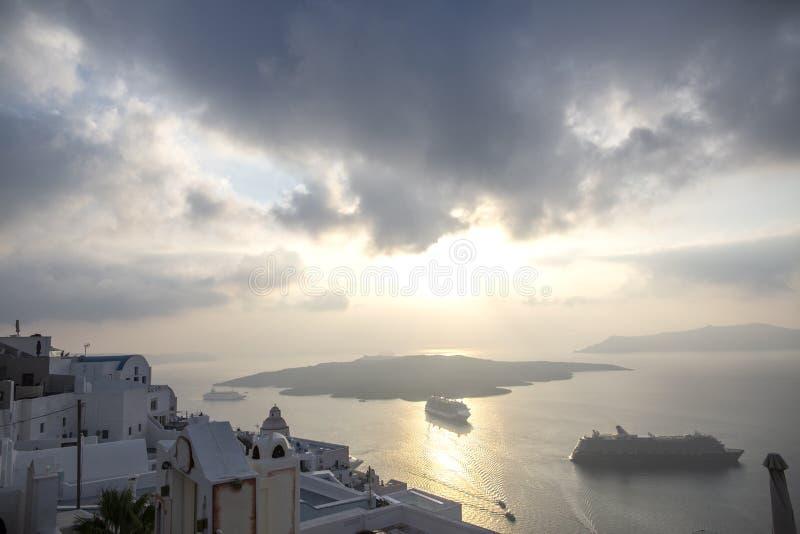 Όμορφη πανοραμική άποψη από την τουριστική πόλη Fira caldera και το ηφαίστειο και το κρουαζιερόπλοιο στο ηλιοβασίλεμα Νησί Santor στοκ εικόνες με δικαίωμα ελεύθερης χρήσης