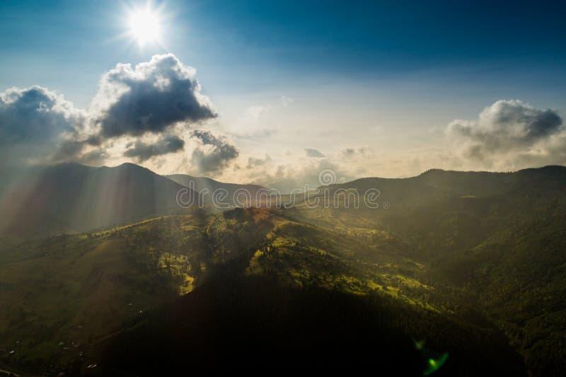 Όμορφη πανοραμική άποψη από τον αέρα στα Καρπάθια βουνά με τα σύννεφα και τις ακτίνες ήλιων στο πρώτο πλάνο στοκ φωτογραφίες