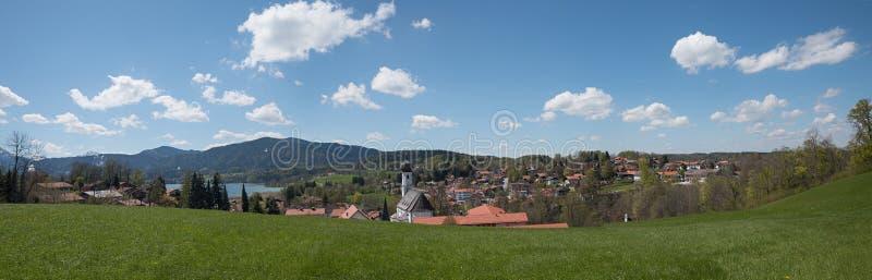Όμορφη πανοραμική άποψη στο θέρετρο υγείας gmund και τη λίμνη tegerns στοκ εικόνες με δικαίωμα ελεύθερης χρήσης