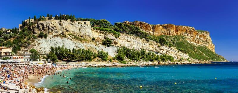 Όμορφη πανοραμική άποψη της παραλίας Cassis με το φρούριο στο ro στοκ εικόνες με δικαίωμα ελεύθερης χρήσης