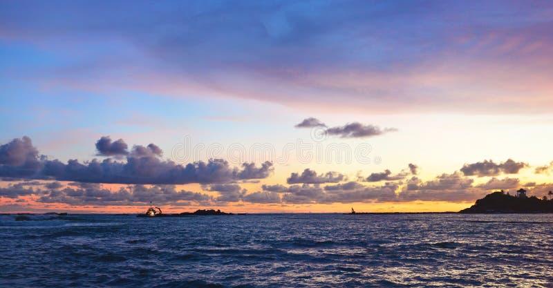Όμορφη πανοραμική άποψη του ηλιοβασιλέματος στο Unawatuna τροπικό στοκ εικόνα