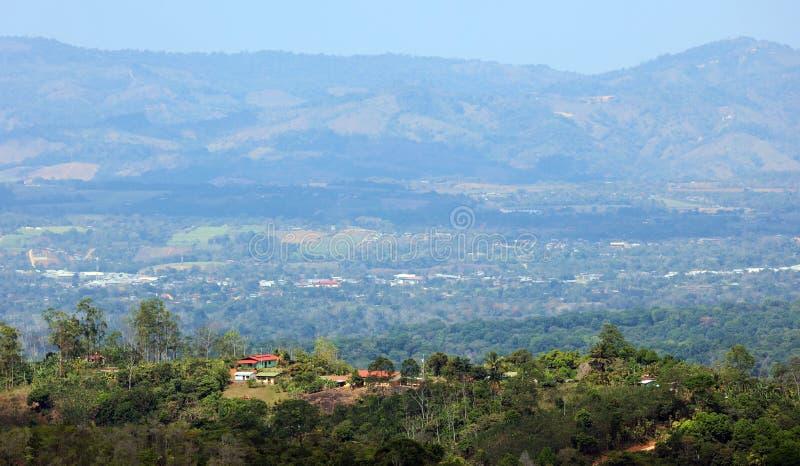 Όμορφη πανοραμική άποψη των σπιτιών στα βουνά στη Κόστα Ρίκα με την πράσινη ζούγκλα στοκ εικόνα με δικαίωμα ελεύθερης χρήσης