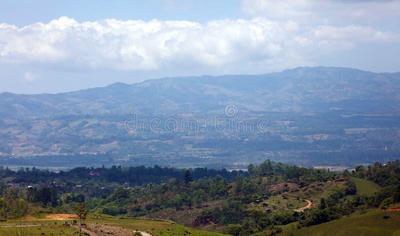 Όμορφη πανοραμική άποψη των σπιτιών στα βουνά στη Κόστα Ρίκα με την πράσινη ζούγκλα στοκ φωτογραφίες με δικαίωμα ελεύθερης χρήσης