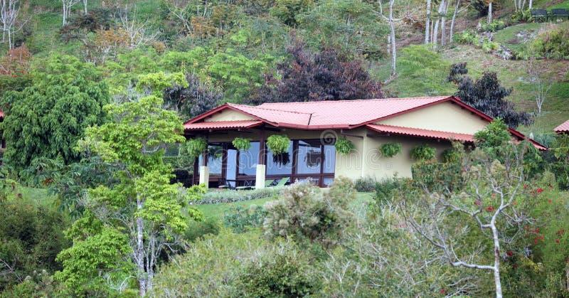 Όμορφη πανοραμική άποψη των σπιτιών στα βουνά στη Κόστα Ρίκα με την πράσινη ζούγκλα στοκ φωτογραφίες