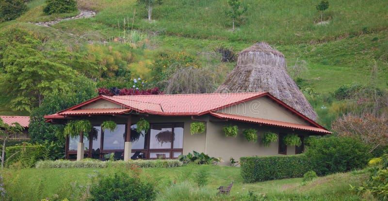 Όμορφη πανοραμική άποψη των σπιτιών στα βουνά στη Κόστα Ρίκα με την πράσινη ζούγκλα στοκ εικόνες
