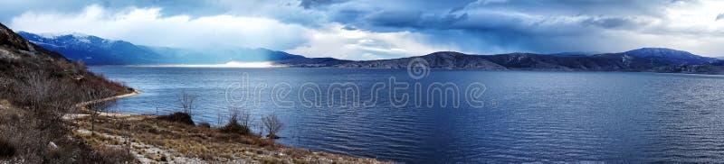 Όμορφη πανοραμική εικόνα τοπίων ενός βουνού με τον ευμετάβλητο ουρανό στοκ φωτογραφία με δικαίωμα ελεύθερης χρήσης