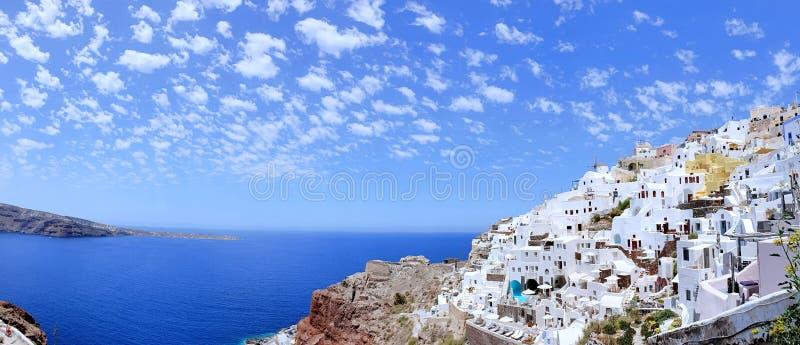 Όμορφη πανοραμική εναέρια άποψη των άσπρων πλυμένων βιλών ενάντια στο μπλε ουρανό, Santorini, Ελλάδα στοκ εικόνα