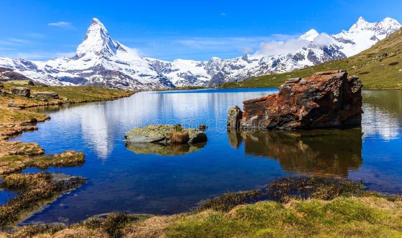 Όμορφη πανοραμική θερινή άποψη της λίμνης Stellisee με την αντανάκλαση του εικονικού Matterhorn Monte Cervino, Mont Cervin στοκ εικόνες