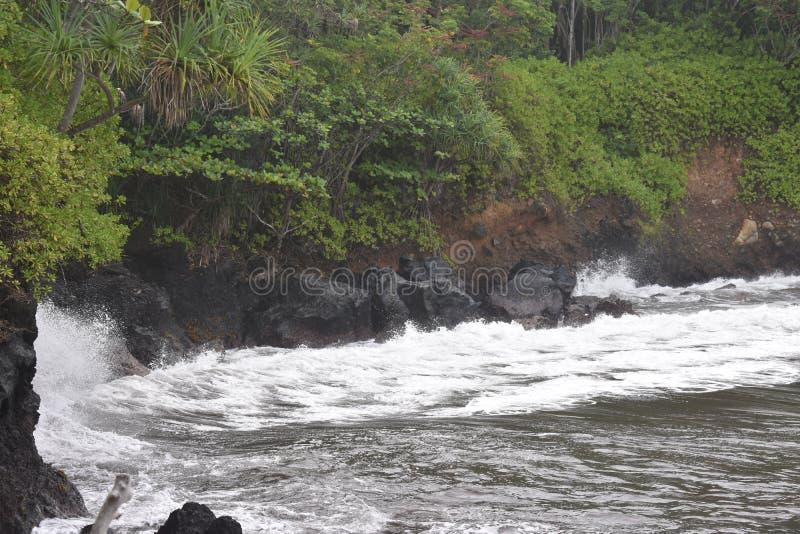 Όμορφη παράκτια ακτή στη Χαβάη με τα κύματα που συντρίβουν αργά στην ακτή στοκ φωτογραφία με δικαίωμα ελεύθερης χρήσης