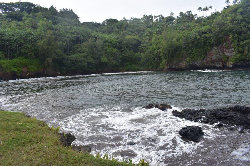 Όμορφη παράκτια ακτή στη Χαβάη με τα κύματα που συντρίβουν αργά στην ακτή στοκ εικόνα με δικαίωμα ελεύθερης χρήσης