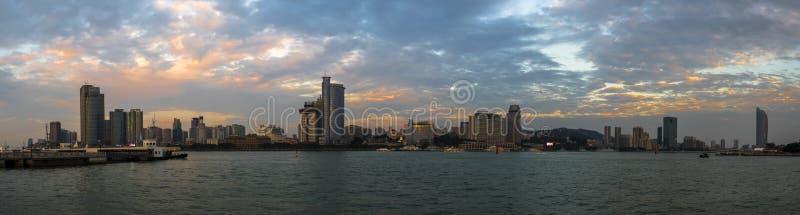 Όμορφη παράκτια πόλη στο σούρουπο στοκ εικόνα με δικαίωμα ελεύθερης χρήσης