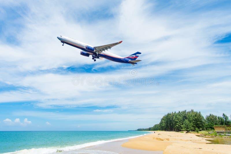 Όμορφη παραλία με το μπλε ουρανό στην παραλία khao της Mai στοκ εικόνα με δικαίωμα ελεύθερης χρήσης