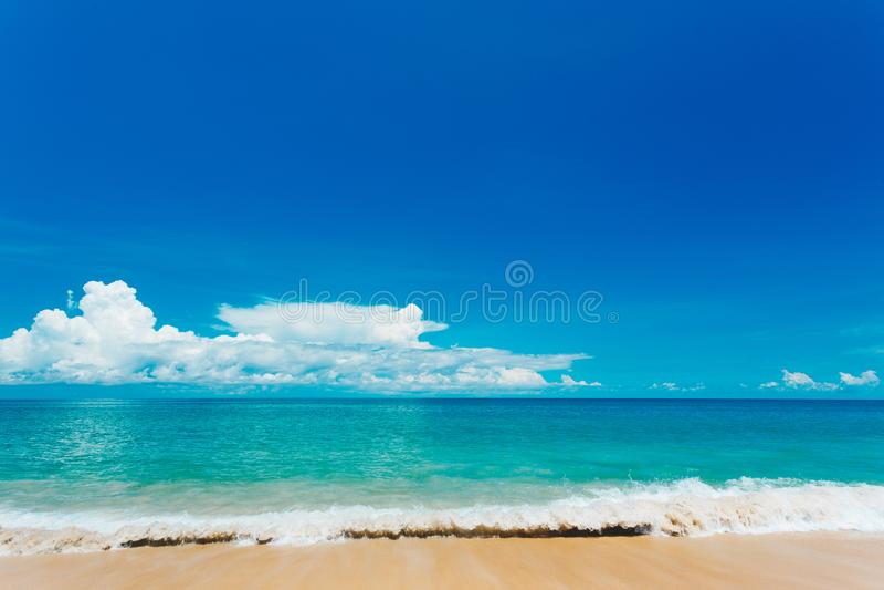 Όμορφη παραλία με το μπλε ουρανό στην παραλία khao της Mai, Phuket, Thailan στοκ φωτογραφία
