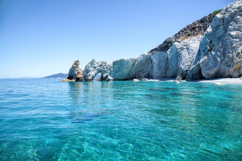 Όμορφη παραλία με το πολύ σαφές νερό στοκ εικόνες