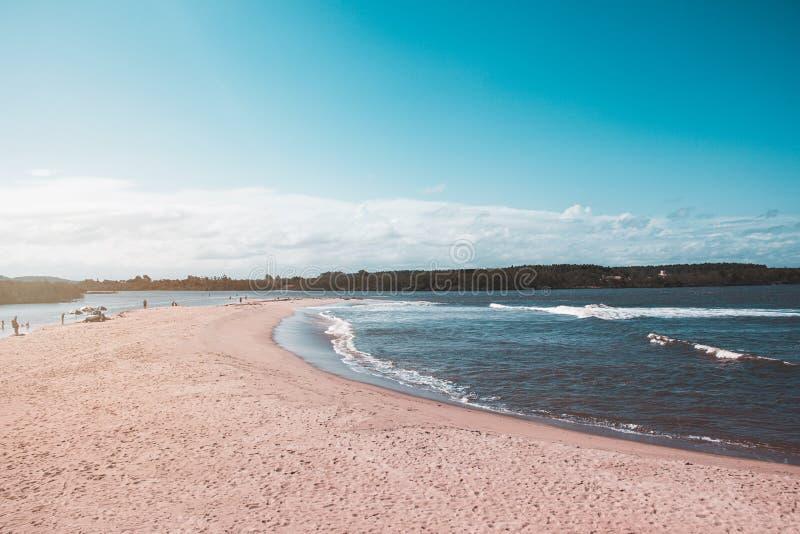 Όμορφη παραλία μια ηλιόλουστη ημέρα με το μπλε ουρανό στοκ φωτογραφία με δικαίωμα ελεύθερης χρήσης